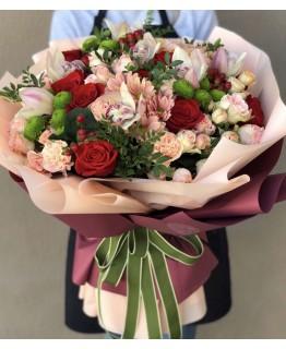 Букет з червоними, кущовими трояндами і хризантемами Барви літа