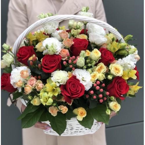 Кошик квітів №12 з червоними трояндами