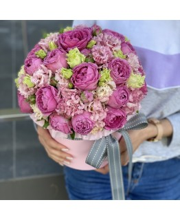 Коробка капелюшна з кущових піоновидних троянд і еустоми Ласкавий вечір