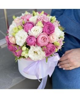 Композиція з кущових піоновидних троянд і еустоми Солодке послання