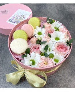 Коробочка з рожевими і білими кущовими трояндами і macarons Фламінго