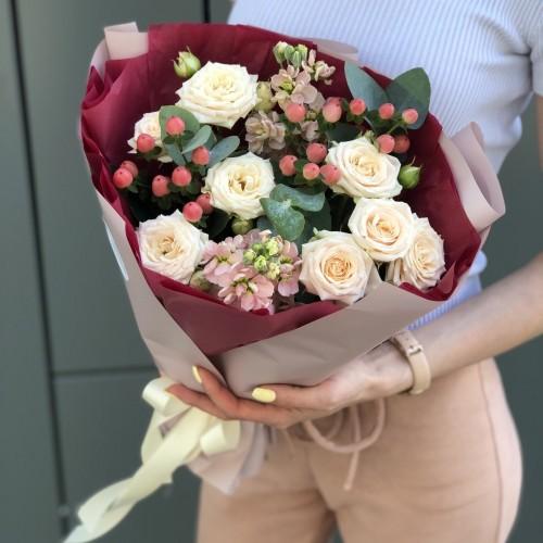 Букет з кущовими трояндами і ароматною матіолою Гарного дня