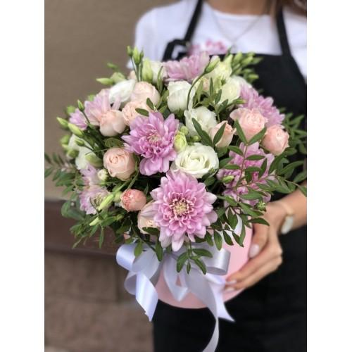 Коробка з хризантеми, кущових троянд і еустоми Квіткова галявина