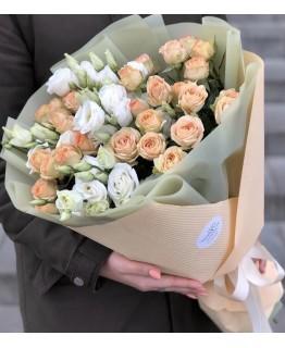 Букет з кущових троянди і еустоми Пора року