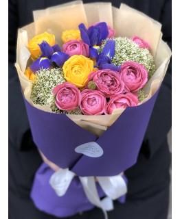 Букет з піоновидних кущових троянди, ірисів і трахеліума Космос