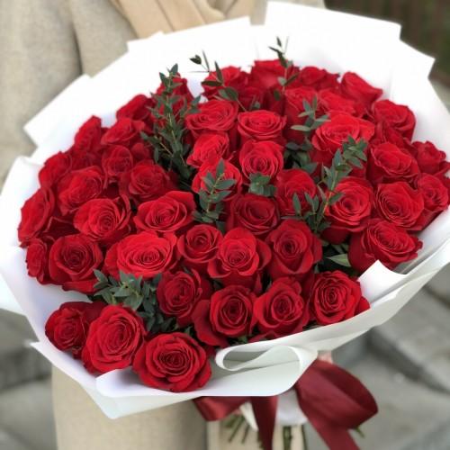 Букет з 51 червоної троянди і евкаліпта