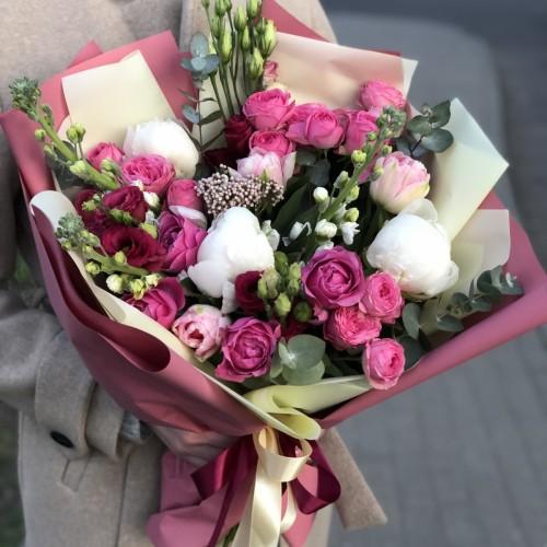 Букет з піонів, кущових піоновидної троянди, матіоли і еустоми Повітряний замок