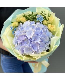 Букет з гортензії, кущових троянд і оксіпеталума Незабудка