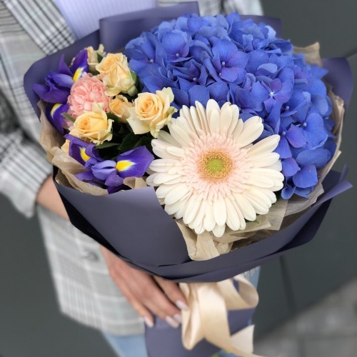 Букет з гортензії, гербери, ірисів і кущових троянди Паола