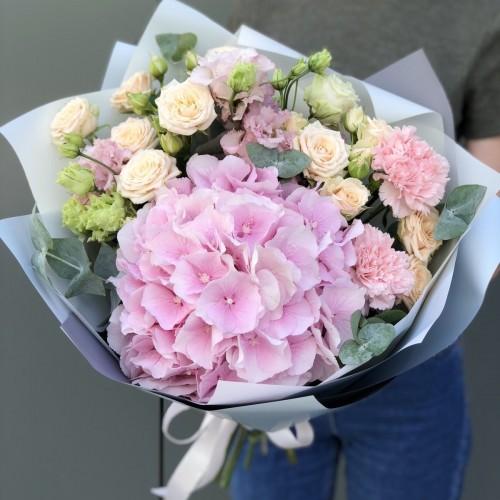 Букет з гортензії, кущової троянди, еустоми та гвоздики Різнокольорова феєрія