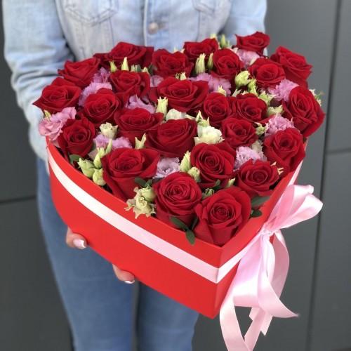 Серце з червоних троянд і еустоми Люблю