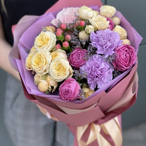 Букет з кущових троянд, гиперикума і діантуса Мелодія літа