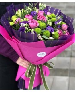 Букет з кущових піоновидніих троянд, еустоми та філінгріна Фуксія