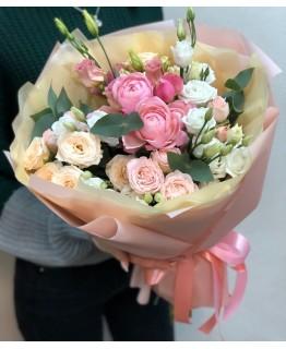 Букет з кущовими трояндами і Еустомою Уява