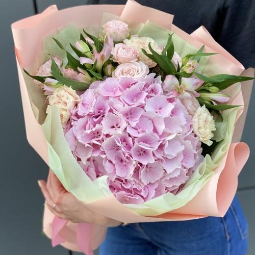 Букет з гортензії, кущових троянд, гвоздики та альстромерії Белінда