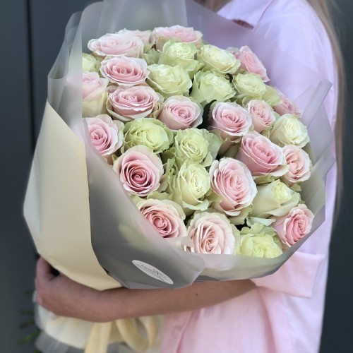Букет з білих і рожевих троянд
