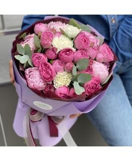 Букет з піоновидних кущових троянд, півонії, Діантус і евкаліпта Шарлотта