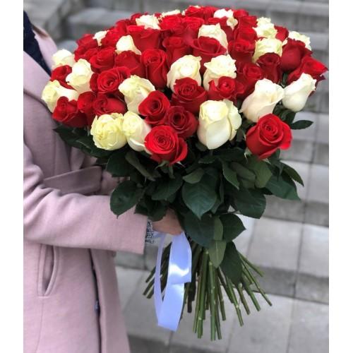 Букет з червоних та білих троянд Закоханий погляд