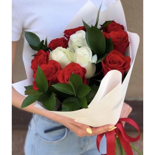Букет з червоних та білих троянд Фея