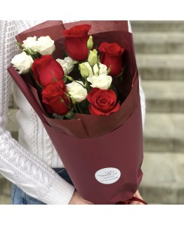 Букет з червоними трояндами з доповненням сорту Еустома Іскра