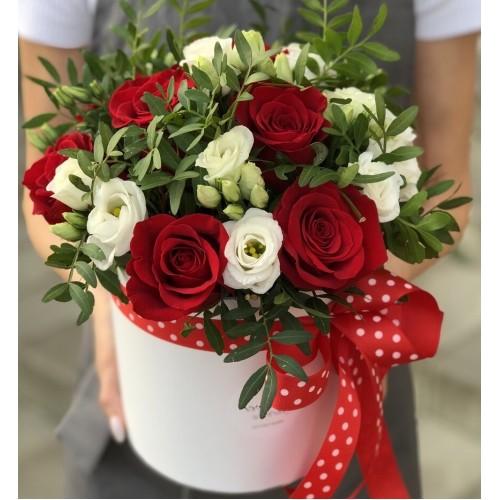 Коробочка з червоними трояндами і Еустомою Червона шапочка