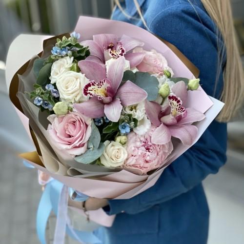 Букет з оксіпеталума, цимбидиума, кущової і одноголової троянди і півонії Вишуканий