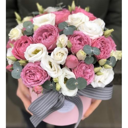 Хет коробка з кущовими піоновидними трояндами і Еустомою Валенсія