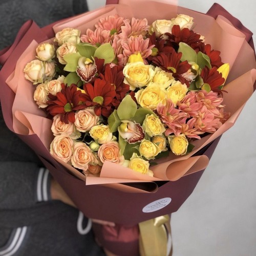Букет з кущової троянди, хризантеми і цимбидиума Елма