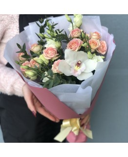 Букет з кущових троянд і еустоми Атланта