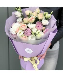 Букет з піоновидних кущових троянд, еустоми та гвоздики Дакота