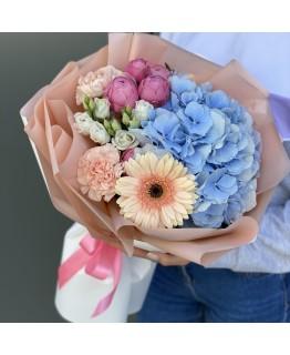 Букет з гортензії, піоновидні троянди, гербери і Діантус Одрі