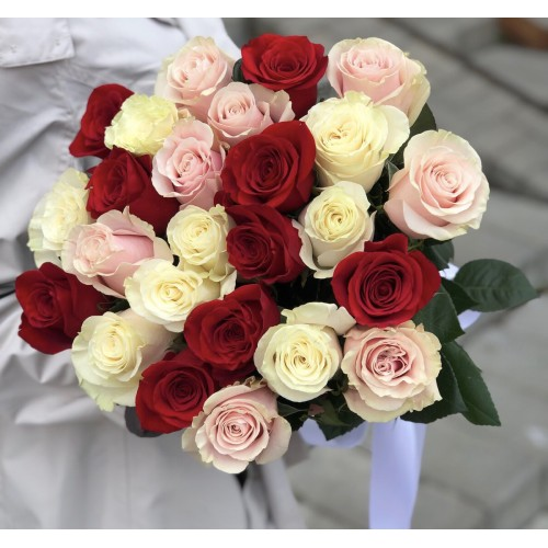 Букет з червоних, білих і рожевих троянд Метелики всередині мене