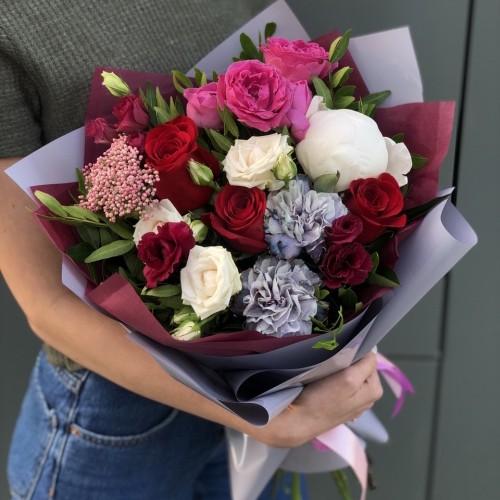 Букет з еустоми, кущових піоновидних троянд і діатуса Ассоль