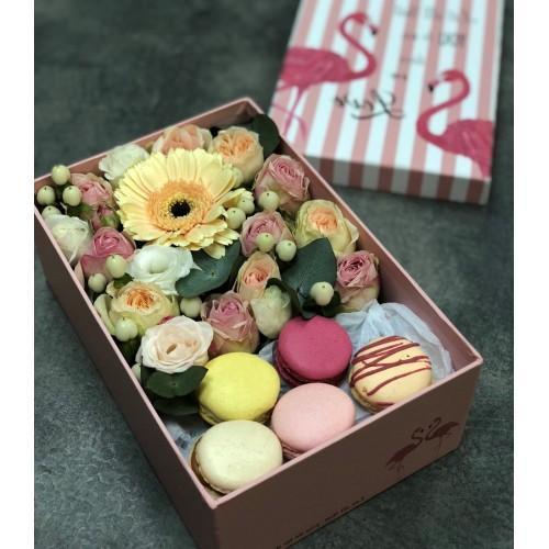 Коробка з квітами і macarons Рожевий фламінго