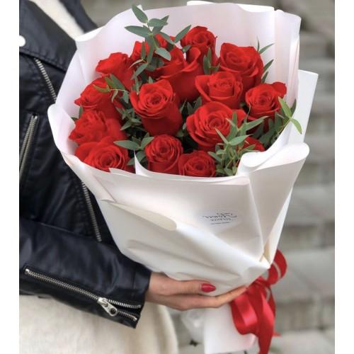 Букет з червоних троянд і евкаліпта Париж