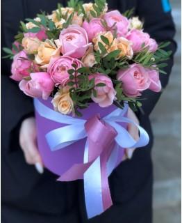 Хет коробка з кущовими піоновидними трояндами Сільвія