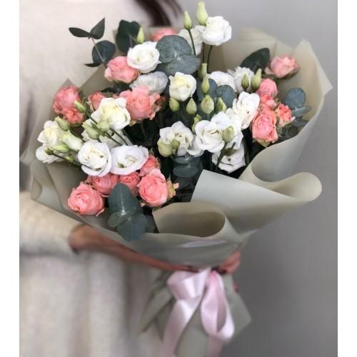 Букет з еустоми та кущовими трояндами Афіна