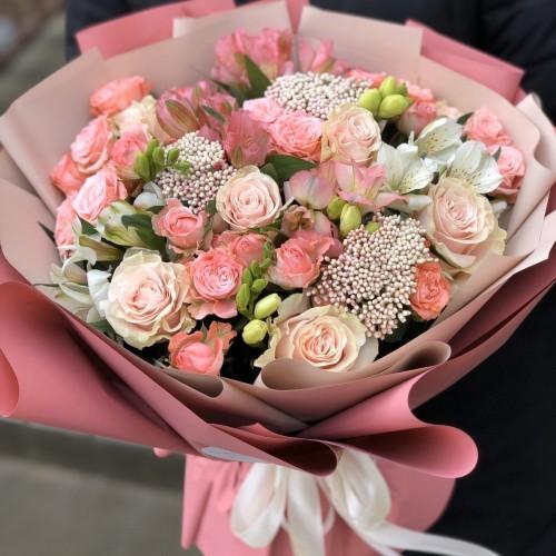 Букет з кущових троянд, альстромерії і озотамнуса Орлеана