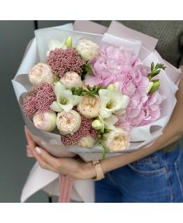 Букет з гортензії, піоновидної троянди і фрезії Филинг