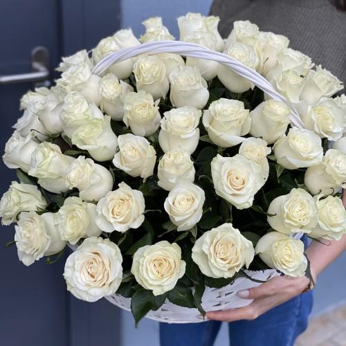 Кошик з білих троянд Аваланж