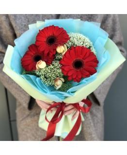 Букет з гербер, кущових троянд і трахеліума Меренге