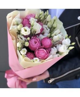 Букет з піоновидних кущових троянди і еустоми Шанталь