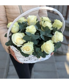Кошик з білими трояндами Глорія
