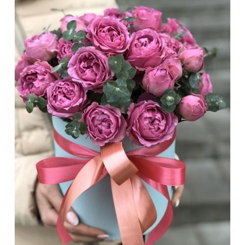 Коробочка з піоновидними трояндами і евкаліптом Місті
