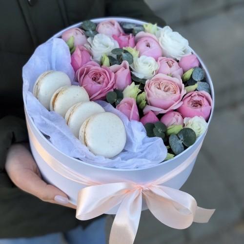 Коробочка з кущовими піоновидними трояндами і еустомою та macarons Ілюзія