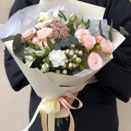 Букет з кущових троянд і евкаліпта Аннета