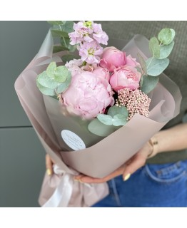 Букет з півонії, піоновидної троянди, матіоли і озотамнуса Нінель